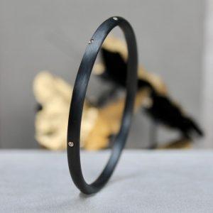 Schwab-Carbon-Armreif-7-Brillanten-in-Gelbgoldfassung Profil Durchmesser 5mm