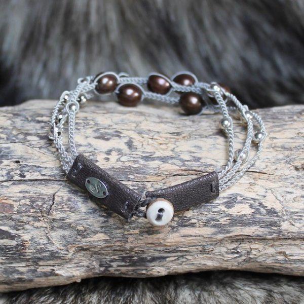 saami crafts Armband AP014MY Braun 7 braune Süsswasser Perlen Rentierhornknopf Lederenden braun