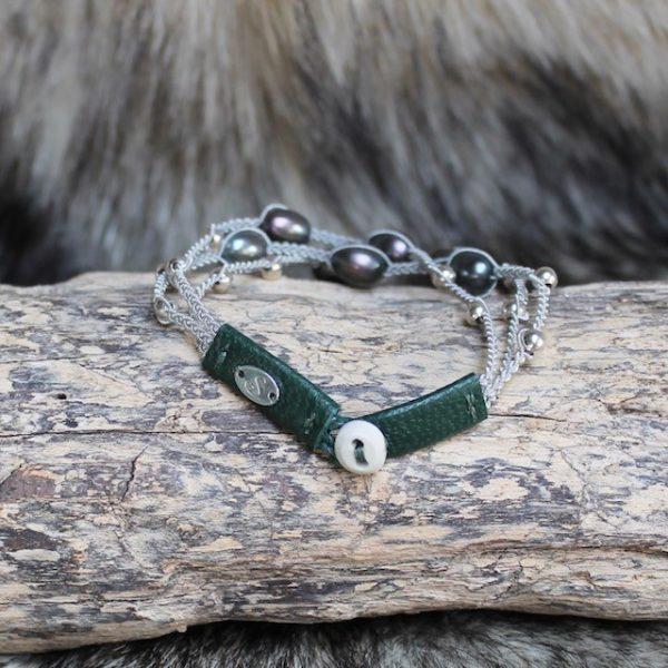 saami-crafts-Armband-AP014NG-Multi-Gruen-7-Suesswasser-Perlen-Hornknopf-Lederenden-Silberzinnfaden