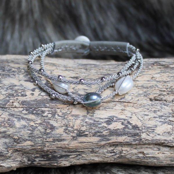saami-crafts-Armband-AP029ME-Weiss-Gruen-3-Suesswasser-Perlen 2x weiss und 1x grün mit Lederenden Farbe Meerschaum 160mm