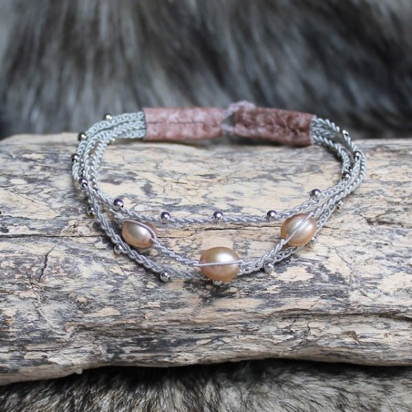 saami-crafts-Armband-AP029PR-Apricot-Rose-3-Suesswasser-Perlen-apricotroséfarben-altrosa-lederenden -Rentierhornknopf