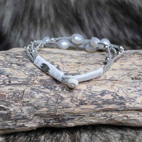 saami-crafts-Armband-AP014WS-Weiss-7-Suesswasser-Perlen-weisse Lederenden-Silberzinnfaden-Hornknopf-18cm