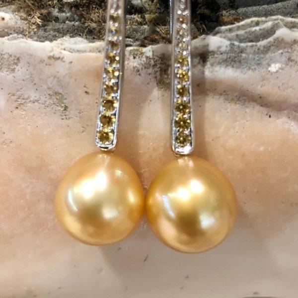 Ohrringe mit beweglichen goldenen Südseeperlen 3,5cm mit gelben Safiren Unikat
