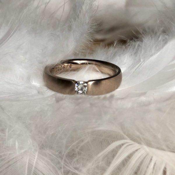 Wunderbarer Verlobungsring und oder Trauring aus 585 Haselnussgold, eine ganz besondere Farbe zwischen rosé und grau mit Brillant 0,15ct