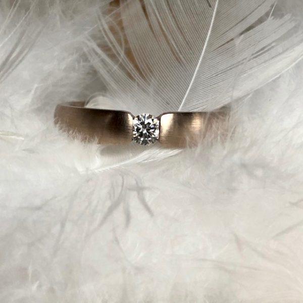 Wunderbarer Verlobungsring und oder Trauring aus 585 Haselnussgold, eine ganz besondere Farbe zwischen rosé und grau mit Brillant 0,15ct von August Gerstner
