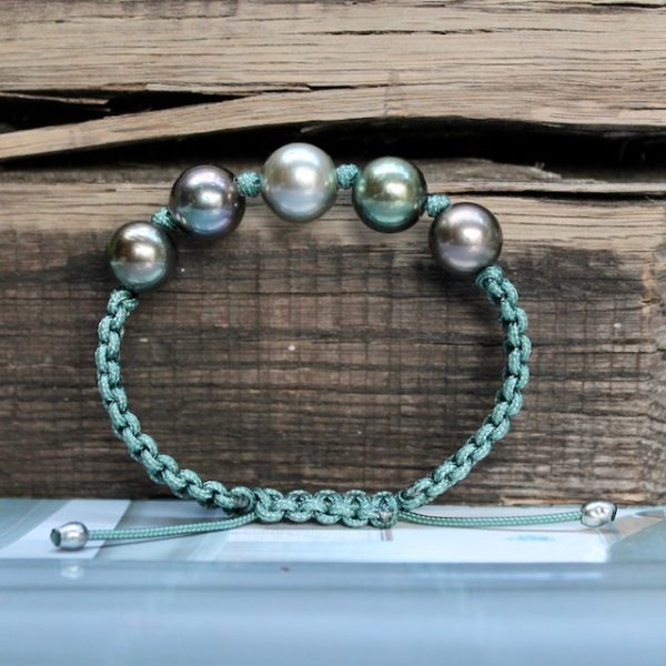 GELLNER-Marutea-Perlarmband-maruteagruen-H2O-Pearlmates-Zuchtarmband Einzelstück vor Holz Rarität