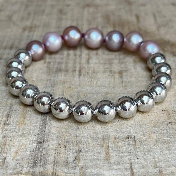 GELLNER URBAN: Flex! Der Klassiker aus dem Hause GELLNER ist gewachsen: Das praktische und geliebte Flex-Armband aus hellen Silberkugeln mit sieben pinkfarbenen Ming-Perlen. Einfach reinschlüpfen und los gehts. Flex Armband 2-81581-02 925/- Sterlingsilber, weiß rhodiniert 15 Silberkugeln, 8mm 7 Mingperlen (Süßwasser) pink, 8-10mm Durchmesser ca. 16-16,5cm, Länge ca. 18cm Linie: Flex kann in anderen Weiten gefertigt werden, Preis und Lieferzeit auf Anfrage Perlen sind Naturprodukte und jede ist ein Unikat, Farb-Abweichungen sind bei Nachbestellungen möglich Wir veranstalten regelmäßig spannende Events in unserem Geschäft und präsentieren die wunderbaren Kollektionen von GELLNER und GELLNER Urban. Sie möchten dabei sein? Abonnieren Sie gerne unseren Newsletter und senden uns eine mail, so erhalten Sie eine persönliche Einladung zu einem unserer Events. Besuchen Sie uns im schönen Gevelsberg aus Hagen, Wuppertal, Ennepetal, Schwelm, Sprockhövel, Witten, Wetter, Hattingen, Herdecke, Remscheid, Essen, Solingen, Ratingen, Velbert, Mettmann, Düsseldorf, Engelskirchen, Bergisch Gladbach, Letmathe, Lüdenscheid, Dortmund, Bochum u.v.m…. wir freuen uns auf Sie! Ihr Juwelier Haarhaus-Team