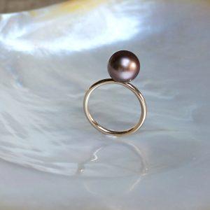 Diese Melange (Mischung) trägt ihren Namen zu Recht! In dieser Kollektion verbinden sich braune Tahitiperlen mit Brillanten und braunem Perlmutt. Hier entdecken Sie den zartesten GELLNER Ring aus dieser Serie aus edlem Roségold und einer bräunlichen Tahitiperle. Warme Brauntöne mit Roségold vereint. Einfach schön. 750/- , Roségold, poliert 1 Tahiti-Perle, rund, braun behandelt, 10-11mm jede Perle ist ein Unikat, es kann zu Farbabweichungen kommen, kleine Spots sind keine Makel, sondern eine Laune der Natur und können vorkommen der Ring kann in jeder Ringweite gefertigt werden Lieferzeit bei Bestellungen ca. 3 Wochen auch andere Farbkombinationen machen wir auf Wunsch für Sie möglich! Diese Melange (Mischung) trägt ihren Namen zu Recht! In dieser Kollektion verbinden sich braune Tahitiperlen mit Brillanten und braunem Perlmutt. Hier entdecken Sie den zartesten GELLNER Ring aus dieser Serie aus edlem Roségold und einer bräunlichen Tahitiperle. Warme Brauntöne mit Roségold vereint. Einfach schön. 750/- , Roségold, poliert 1 Tahiti-Perle, rund, braun behandelt, 10-11mm jede Perle ist ein Unikat, es kann zu Farbabweichungen kommen, kleine Spots sind keine Makel, sondern eine Laune der Natur und können vorkommen der Ring kann in jeder Ringweite gefertigt werden Lieferzeit bei Bestellungen ca. 3 Wochen auch andere Farbkombinationen machen wir auf Wunsch für Sie möglich!