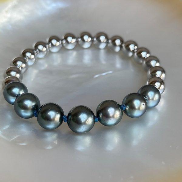 GELLNER URBAN: Flex! Der Klassiker aus dem Hause GELLNER ist gewachsen: Das praktische und geliebte Flex-Armband aus hellen Silberkugeln mit sieben Tahiti-Perlen. Einfach reinschlüpfen und los gehts. Flex Armband 2-81581-01 925/- Sterlingsilber, weiß rhodiniert 15 Silberkugeln, 8mm 7 Tahiti-Zuchtperlen, multi / hell, semi rund, 9-10mm Durchmesser ca. 16-16,5cm, Länge ca. 18cm, Knoten türkisblau Linie: Flex kann in anderen Weiten gefertigt werden, Preis und Lieferzeit auf Anfrage Perlen sind Naturprodukte und jede ist ein Unikat, Farb-Abweichungen sind bei Nachbestellungen möglich Wir veranstalten regelmäßig spannende Events in unserem Geschäft und präsentieren die wunderbaren Kollektionen von GELLNER und GELLNER Urban. Sie möchten dabei sein? Abonnieren Sie gerne unseren Newsletter und senden uns eine mail, so erhalten Sie eine persönliche Einladung zu einem unserer Events. Besuchen Sie uns im schönen Gevelsberg aus Hagen, Wuppertal, Ennepetal, Schwelm, Sprockhövel, Witten, Wetter, Hattingen, Herdecke, Remscheid, Essen, Solingen, Ratingen, Velbert, Mettmann, Düsseldorf, Engelskirchen, Bergisch Gladbach, Letmathe, Lüdenscheid, Dortmund, Bochum u.v.m…. wir freuen uns auf Sie! Ihr Juwelier Haarhaus-Team