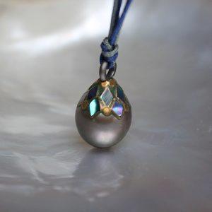 Haarhaus-Hesse-Ariake-Tahiti-Perlen-Anhaenger-Kette-gruen bunt oben verziert mit Feingold und Mosaik japanische Kunst