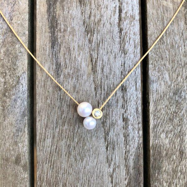 Schmuckwerk Perlenrausch Collier Drilling mit 2 Süßwasserperlen und einem Brillanten an einem Goldseil.