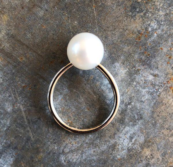 schmuckwerk Perlenrausch Kugel Spannring mit weisser Perle