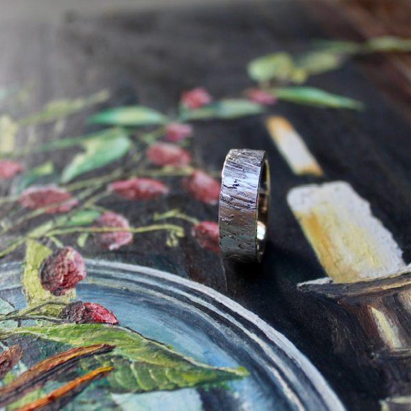 Marion Knorr Roh Ring, 8 mm breit und 2 mm hoch, aus Silber hell rhodiniert, wilde ehe ringe, die Oberfläche ist roh wie eine grob verputzte Wand, die Oberfläche gestalten Sie durch Ihr Tragen selber.