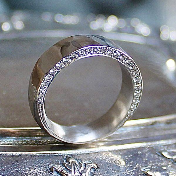 Marion Knorr Wunder Ring wilde ehe ringe weissgold, rhodiniert, poliert, besondere Oberfläche poliert Hammerschlag mit 25 Brillanten vorne in Ringweite 53