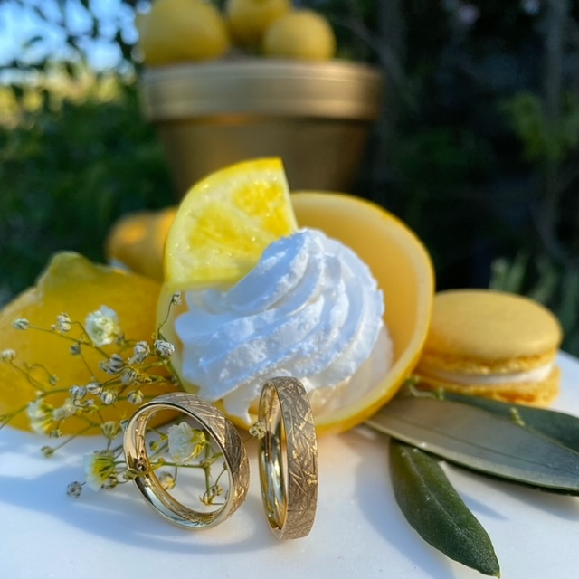 Gelbgold Trauringe aus 18kt mit kristallmatter Oberfläche von Meister