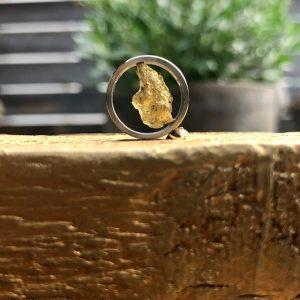 Goldnugget in Edelstahlfassung von Schmuckwerk