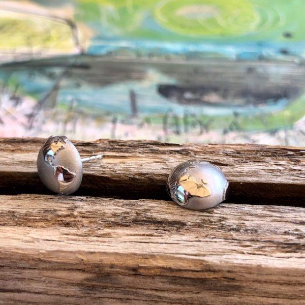 Schmuckwerk Edelstahl Ohrstecker Durchmesser 11mm, Gerade jetzt, wo wir von unseren Reiseerinnerungen zehren müssen, ein wunderschönes Schmuckstück. Markieren Sie mit einem kleinen Brillanten Ihre Lieblingsorte und holen sich Ihre Erinnerungen zurück. Zwei Welt-Halbkugeln mit genug Platz für all die Orte, an welchen Sie glücklich waren - oder für Ihre zukünftigen Traumreisen. Ihre Welt.