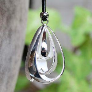 Quinn-Big-Bell-Tropfen-Anhaenger-Silber-0244080-nah Lederband zum Knoten mit Silberenden lang