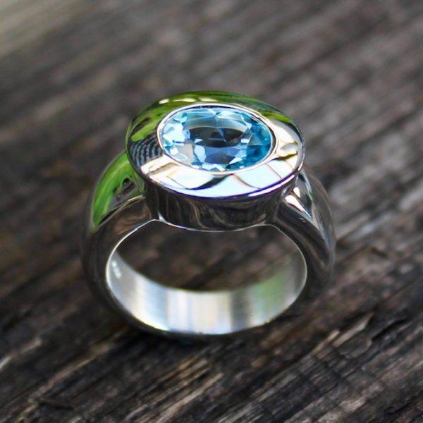Quinn-Blautopas-hellblau-Ring-Silber-ovaler-Stein-021000012.-stehend