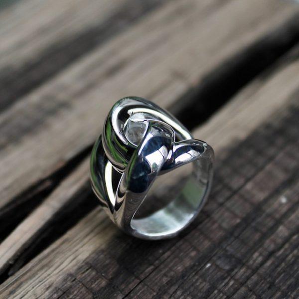 Quinn-Knotenring-Silber-stehend