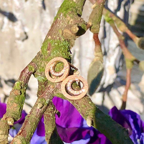 Zwei kleine Roségold-Ringe, der Obere beweglich, der Untere ausgefasst, kreisen wie der Saturn umeinander. 750/- Roségold 32 Brillanten, gesamt 0,08ct tw/vs Durchmesser 10mm