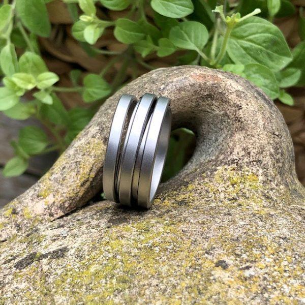 """Gewickelter Stahlring aus der Linie """"Saturn"""" von schmuckwerk Ordnung in der Unordnung. Jeder Ring besteht aus unterschiedlichen Ringen. Schmaler, breiter und schräger. Ein Durcheinander, das zur wunderschönen Einheit wird.Dreht man den Ring, sieht er immer wieder anders aus."""