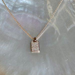 Schmuckwerk-Anhaenger-Tag-Rosegold-44-Brillanten-Vorderseite-OH206RG mit Kette 42cm Länge auf Perlmutt