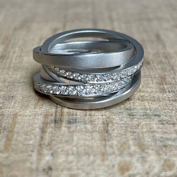 Schmuckwerk-Diamantenfieber-Saturn-Ring-Weissgold-3-Ringe-2-Brillantringe-SR126WG-