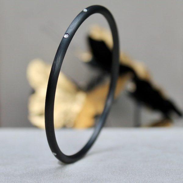 Schwab-Carbon-Armreif-5-Brillanten-in-Platinfassung rundes Profil