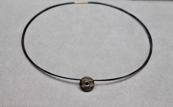Schwab-Carbon-Bronce-Anhaenger-rund-Gelbgold-mit-Brillant-HBT210101 rund 15mm Durchmesser an an 7reihigem Edelstahl Reif schwarz