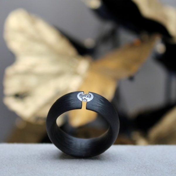 Schwab-Carbon-Ring-Brillant-in-Platin-Spannring