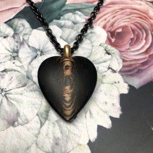 Großes Herz 39mm aus Carbon Bronze mit kräftiger Gelbgoldöse 750/-, beidseitig zu tragen, Rückseite anders gemustert, an 80cm langer Edelstahlkette, schwarz PVD beschichtet, mit Gelbgoldkarabiner und Zwischenöse aus Gelbgold bei 70cm