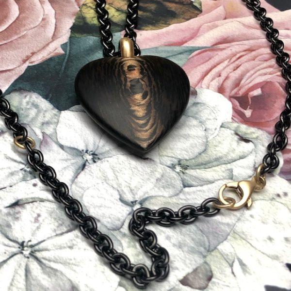 Herz aus Carbon Bronze 39mm, Gelbgoldöse an Edelstahlkette, schwarz PVD beschichtet, auf zwei Längen zu tragen durch die Gelbgold-Zwischenöse