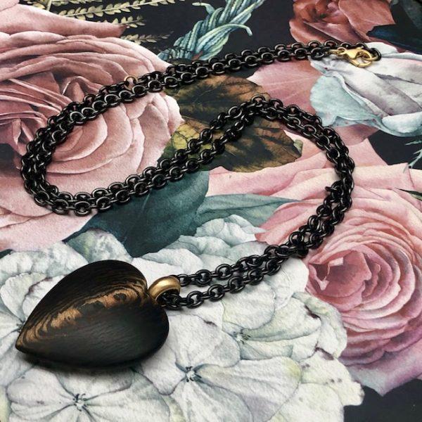 Besonderes Herz aus Carbon Bronze 39mm, Gelbgoldöse an Edelstahlkette, schwarz PVD beschichtet, Gelbgoldkarabiner und Zwischenöse,Schwab