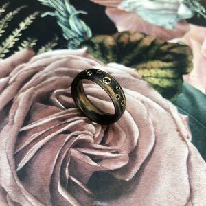 Ein Carbon Bronze Ring mit schwarzen und naturfarbenen Brillanten in Gelbgold gefasst, Ringweite 55, Gesamt 0,07ct