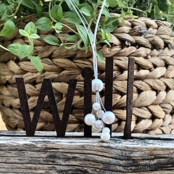 Das kleine Wolke-Collier von schmuckwerk. Ein zauberhaftes, verspieltes Schmuckstück - wunderbar auch für eine Braut. Die obere Perle ist in der Höhe verstellbar. Edelstahl, 4-reihig Collier mit Bajonetteverschluß 9 Süßwasserperlen 5-9 mm