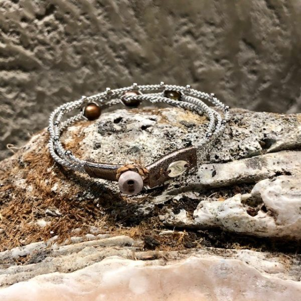 Dreireihiges Armband von saami crafts auf Silberzinnfaden mit 3 grünbraunen Süßwasserperlen und kleinen Silberkugeln, handgemacht, made in germany, individuell, sonderanfertigung, 185mm lang