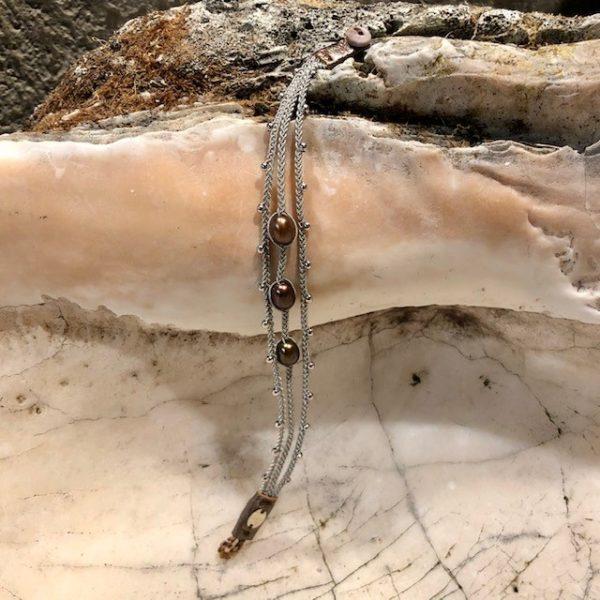 Dreireihiges Armband von saami crafts auf Silberzinnfaden mit 3 grünbraunen Süßwasserperlen und kleinen Silberkugeln, handgemacht, made in germany, individuell, sonderanfertigung, 185mm lang, geöffnet