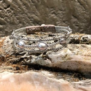 saami crafts handgearbeitetes Armband mit Silberzinnfaden und 3 silberfarbenen leicht flieder schimmernden Süßwasserperlen, Lederende, Rentierhornknopf