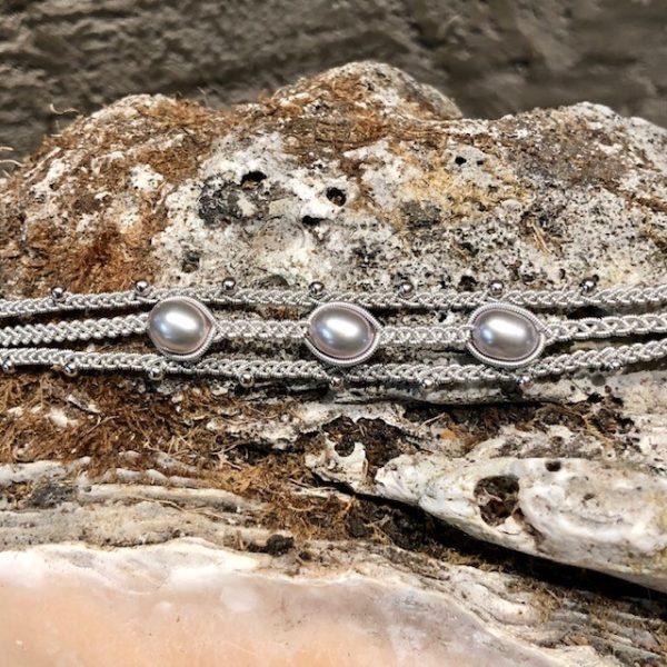 Dreireihiges Armband von saami crafts auf Silberzinnfaden mit 3 Süßwasserperlen, silber, fliederschimmernd und kleinen Silberkugeln, handgemacht, made in germany, individuell, sonderanfertigung, grossaufnahme Perlen