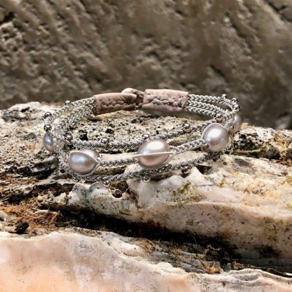 Dreireihiges Armband von saami crafts auf Silberzinnfaden mit 5 Süßwasserperlen, silber, fliederschimmernd und kleinen Silberkugeln, handgemacht, made in germany, individuell, sonderanfertigung