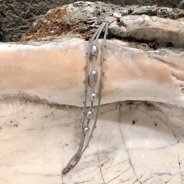 Dreireihiges Armband von saami crafts auf Silberzinnfaden mit 5 Süßwasserperlen, silber, fliederschimmernd und kleinen Silberkugeln, handgemacht, made in germany, individuell, sonderanfertigung, geöffnet